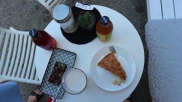 Glutenfreier Riegel, Mandelmilch, Bienenstich und Yogi Tee. So lässt es sich ganz gut aushalten ;)